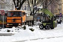 Technické služby města Hradce Králové odklízejí sníh z Ulrichova náměstí.
