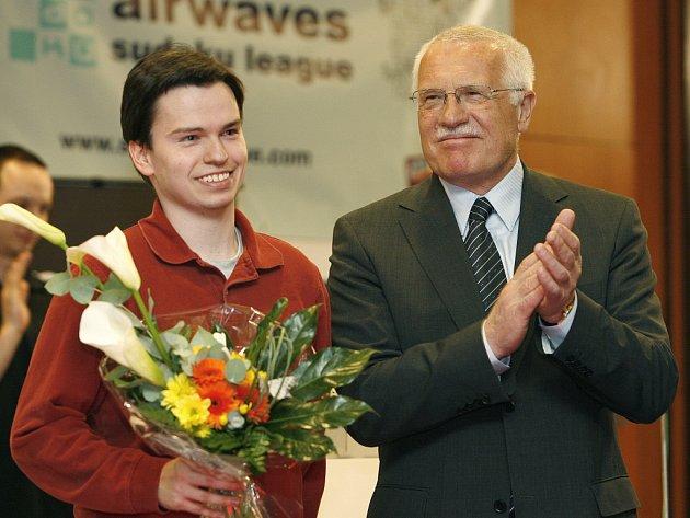 Vítězný Thomas Snyder (vlevo) s prezidentem ČR Václavem Klausem.