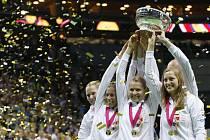 Trofej pro vítězky Fed Cupu si české tenistky (zleva) Lucie Hradecká, Andrea Hlaváčková, Lucie Šafářová a Petra Kvitová od Srbek vzít nenechaly.
