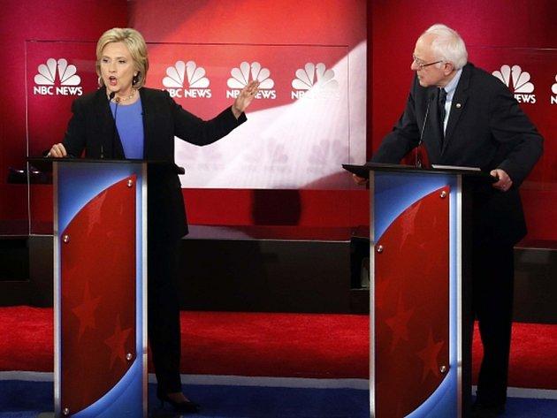 Favoritka na prezidentskou kandidaturu za americké demokraty Hillary Clintonová v poslední televizní debatě demokratických kandidátů před primárkami útočila na svého hlavního rivala Bernieho Sanderse.