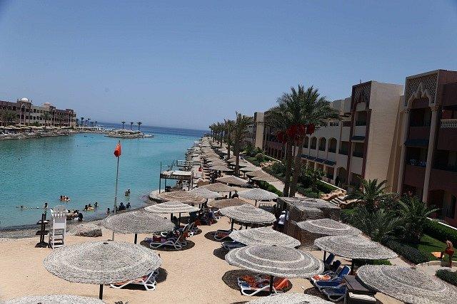 Útočník zabil v egyptském letovisku Hurghada dvě Němky a zranil Češku, která nakonec zemřela v nemocnici.
