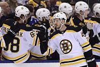 Hokejista Bostonu Bruins David Krejčí (uprostřed) přijímá gratulace od spoluhráčů ze střídačky. Druhý zleva je David Pastrňák.