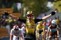 Belgický cyklista Wout Van Aert se raduje ze svého vítězství v 10. etapě Tour de France