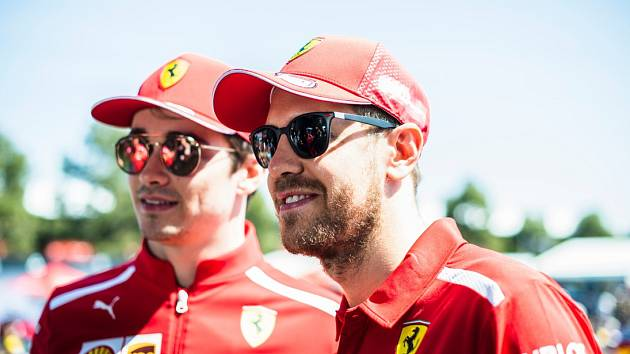 Piloti formule 1 z týmu Ferrari Sebastian Vettel (vpravo) a Charles Leclerc.