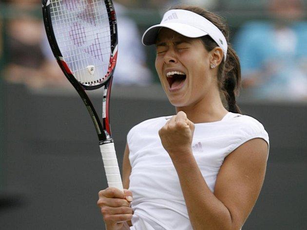 Světová jednička Ana Ivanovičová dala průchod emocím po vydřeném vítězství nad Francouzkou Dechyovou.