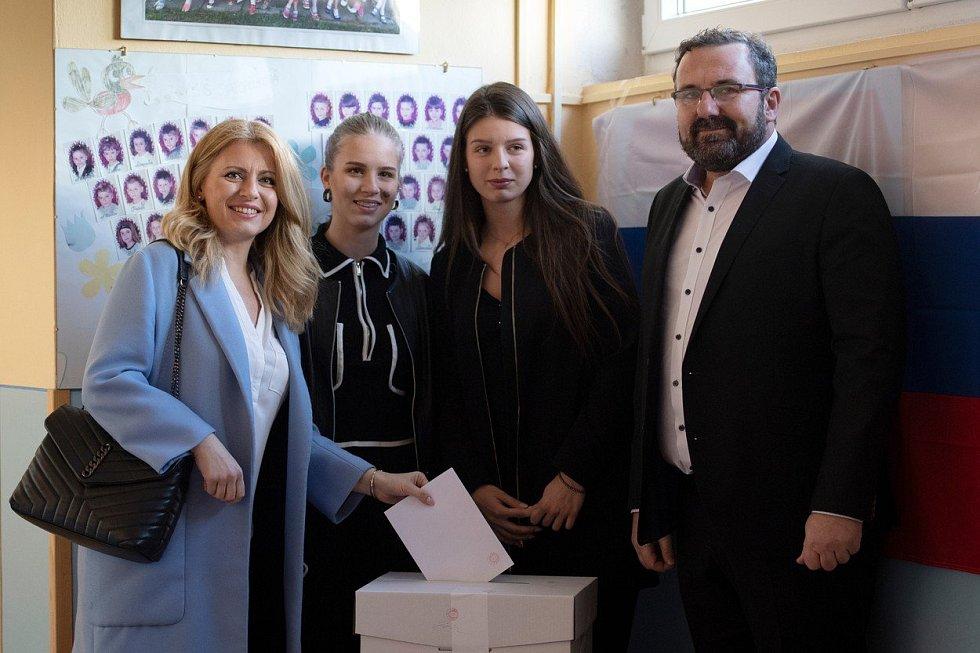 Zuzana Čaputová dorazila k volbám s partnerem a dvěma dcerami