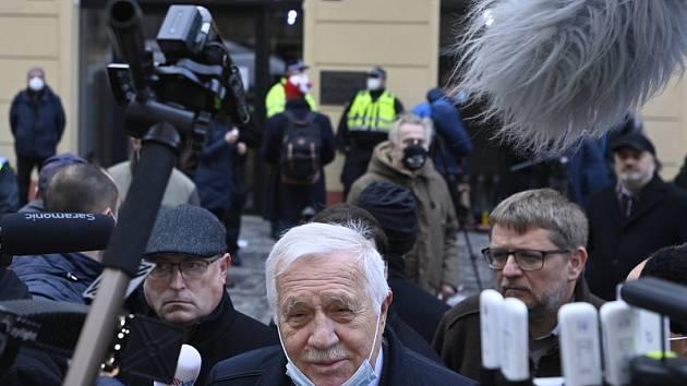 Exprezident Václav Klaus se v rámci oslav 17. listopadu ukázal na veřejnosti s rouškou na bradě. Dostal pokutu 3000 korun.