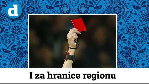 Rozhodčí uděluje červenou kartu. Ilustrační foto.