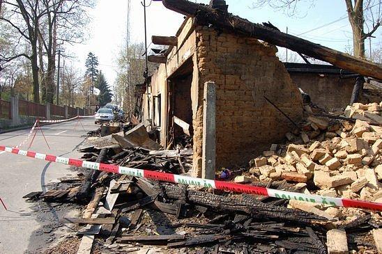 Do domu ve Vítkově na Opavsku v noci na neděli hodil neznámý útočník zápalné láhve a způsobil tak rozsáhlý požár, při kterém utrpěli dva dospělí a dvouleté dítě rozsáhlé popáleniny.
