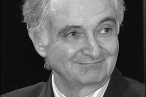 Snímek francouzského ekonoma Jacquesa Attaliho, přikládaný k hoaxu, jenž se o něm šíří na českém i světovém internetu. Vylhaná citace mu vkládá do úst, že pandemie představuje úmyslnou eliminaci starých a hloupých
