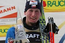 Lukáš Bauer s trofejí vítěze Tour de Ski.