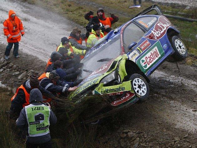 Fin Mikko Hirvonen se ocitl v nezáviděníhodné situaci. Na kola mu museli pomoci diváci.