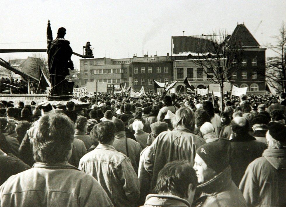 Pryč s režimem. Demonstrace proti komunistickému režimu začaly v krajském městě, tehdejším Gottwaldově, už 21. listopadu 1989. Nejdříve se začaly na náměstí scházet desítky lidí, později stovky až tisíce.