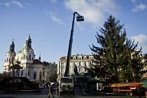 Vánoční Strom na pražském Staroměstském náměstí se začal 22. listopadu zdobit.