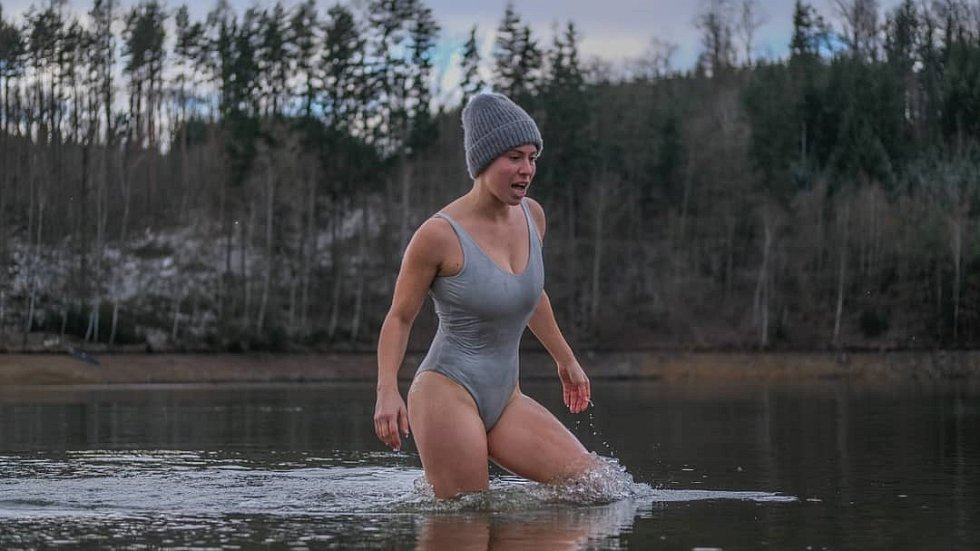 Snowboardcrossařka Eva Samková se ráda otužuje.