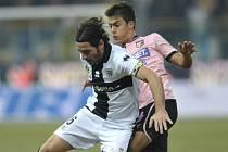 Alessandro Lucarelli (vlevo) v zápase s Palermem