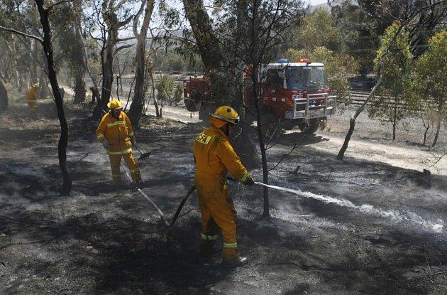 Hasiči na místě požáru ve městě Kilmore East, 55 km severně od Melbournu v Austrálii.