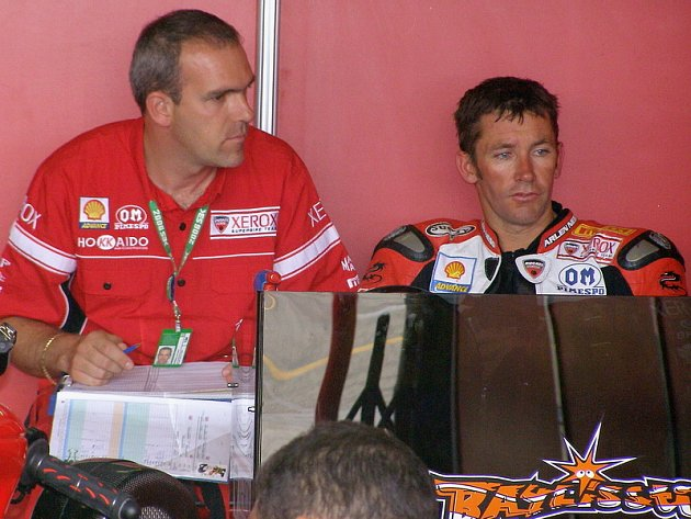 Troy Bayliss (vpravo) v diskusi s šéfém továrního týmu Ducati.