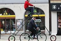 Tomáš Jelínek sestrojil obrovské kolo, projíždí se v ulicích Hradce