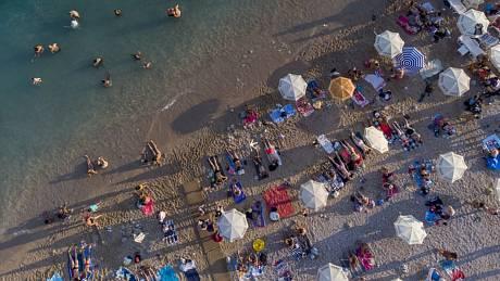 Lidé na pláži v chorvatském Dubrovníku. Ilustrační snímek