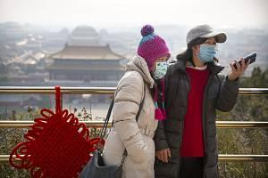 Lidé v rouškách v Pekingu