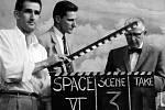 """Snímek z natáčení televize KUHT-TV """"Doktoři ve vesmíru"""". Uprostřed doktor John Rider, úplně vpravo Hubertus Strughold, lékař a válečný zločinec, který Dachau a v Osvětimi zkoumal účinky extrémně nízkých teplot na lidské tělo"""
