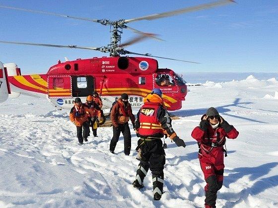 Evakuace cestujících z ruské lodi Akademik Šokalskij.