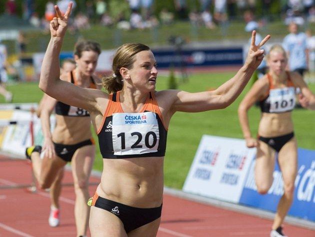 Lucie Škrobáková se raduje z vítězství v závodu na 100 m překážek na MČR.