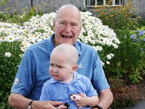 George Bush starší si nechal oholit hlavu kvůli nemocnému chlapci