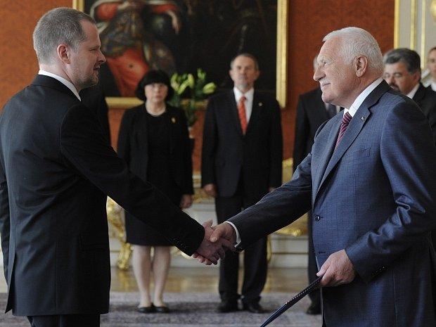 Prezident Václav Klaus jmenoval 2. května na Pražském hradě Petra Fialu (vlevo) do funkce ministra školství.