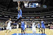 Russell Westbrook z Oklahomy se prosazuje proti Dallasu.