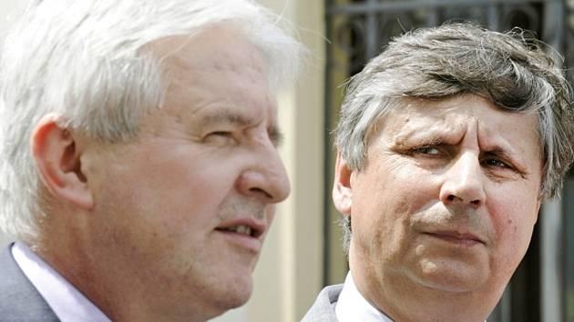 Designovaný premiér Jiří Rusnok (vlevo) oznámil 8. července v Praze, že se v jeho vládě stane ministrem financí a místopředsedou vlády Jan Fischer (vpravo).