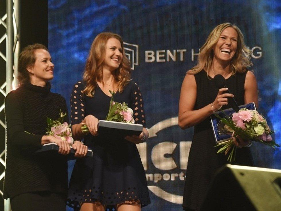 Fedcupové šampionky (zleva) Barbora Strýcová, Lucie Šafářová a Lucie Hradecká.