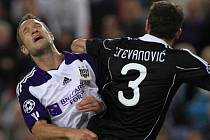 Jan Polák (vlevo) z Anderlechtu v souboji s bělehradským Ivanem Stevanovičem.