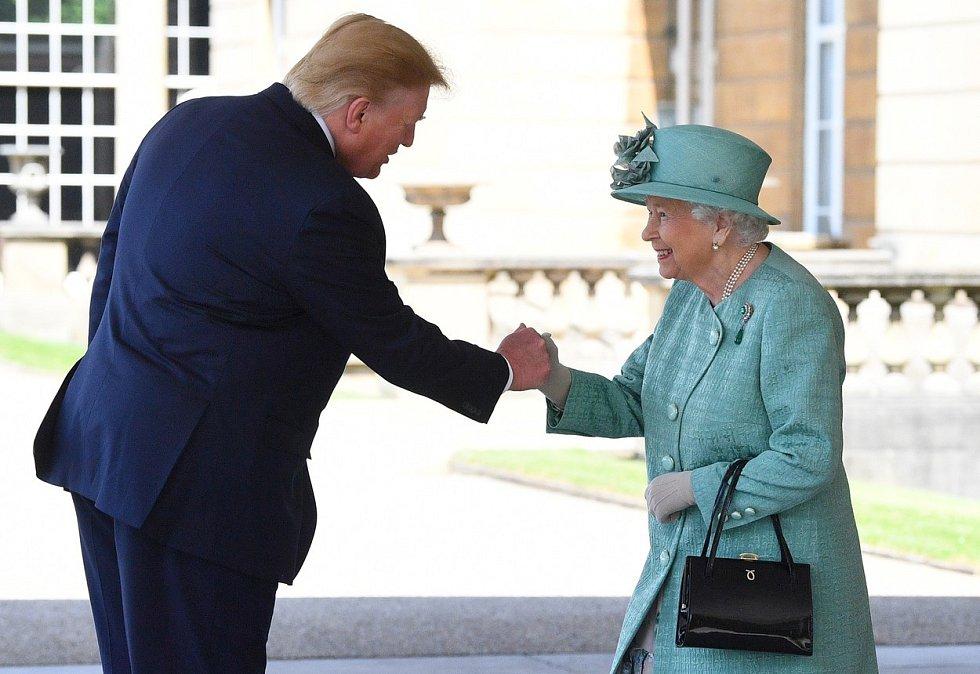 Donald Trump potřásl britské královně Alžbětě rukou