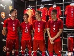 Čeští fotbalisté (zleva) Michal Kadlec, Vladimír Darida, Bořek Dočkal a Pavel Kadeřábek v nových dresech, ve kterých se představí i na Euru 2016.