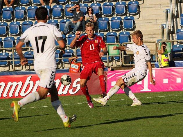 Reprezentant do jednadvaceti let Matěj Vydra (v červeném) v zápase s Arménií.