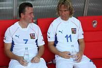 Fotbaloví internacionálové Vladimír Šmicer (vlevo) a Pavel Nedvěd v exhibičním utkání proti staé gardě Viktorie Plzeň.
