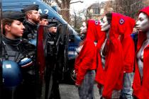 Demonstraci v Paříži podpořily i ženy, které se převlékly za Marianny, francouzský státní symbol.