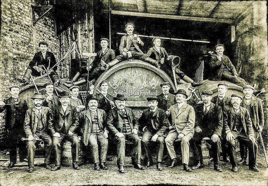 Pivovarští zaměstnanci - historické foto