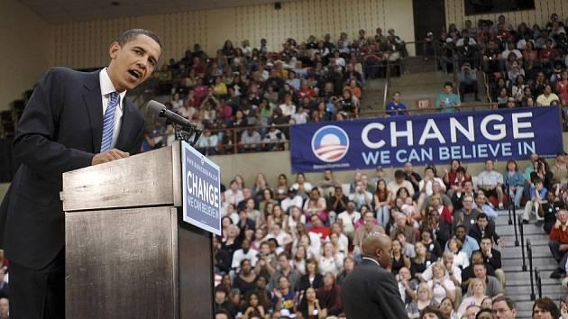 Za řečnickým pultíkem v Readingu stál ale Obama sám.