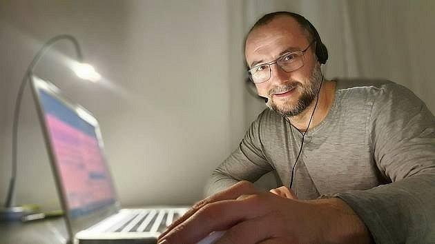 Herec Jan Kaštovský pomáhá s trasováním lidí