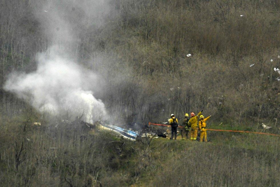 Záchranáři zasahují u místa nehody, kde se zřítil vrtulník. Na jeho palubě byl i bývalý basketbalista Kobe Bryant.