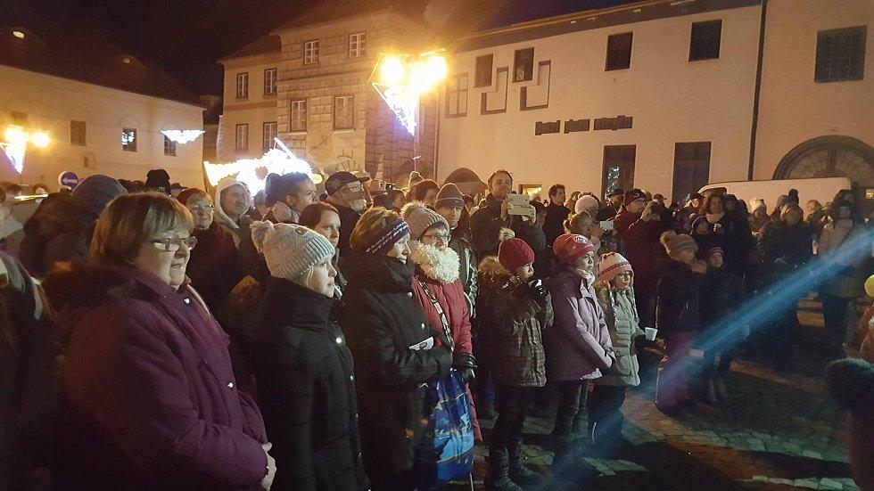 Česko zpívá koledy v Prachaticích na Velkém náměstí.