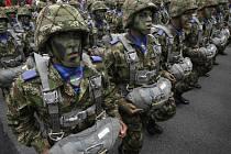 Kolumbijská armáda vyslala 200 vojáků a šest vojenských vrtulníků na pomoc 15 rybářům, které v neděli zajali ozbrojenci Vojska národního osvobození (ELN), což je druhá nejvýznamnější partyzánská skupina v zemi.