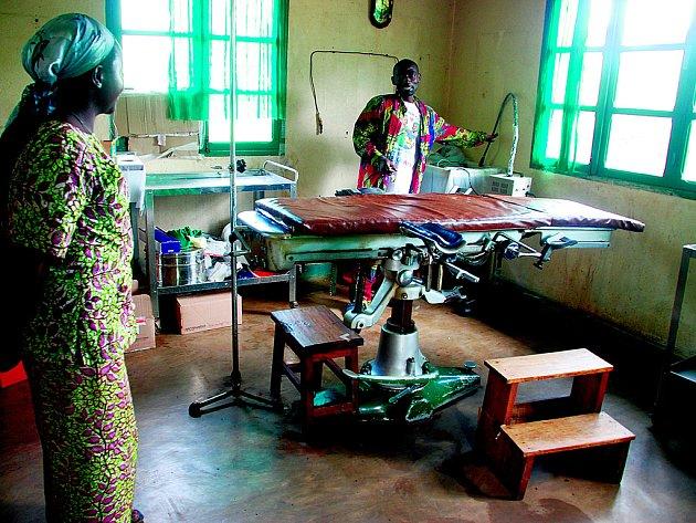 Lékař a zdravotní sestra připravují operační sál v Bunyakiri na východě Demokratické republiky Kongo.