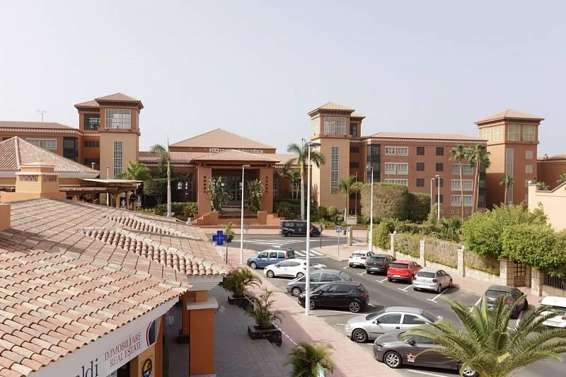 Nákaza koronavirem se objevila také hotelu Costa Adeje Palace na ostrově Tenerife. Španělská vláda budovu i s hosty uzavřela do karantény.