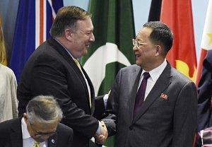 Mike Pompeo a Ri Jong-ho, tedy ministr zahraničí USA a jeho protějšek z KLDR.