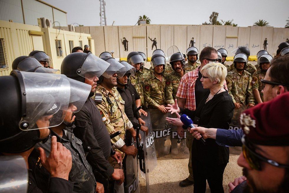 Karla Šlechtová v rozhovoru s rekruty irácké policie. Ty v Iráku cvičí čeští vojáci.