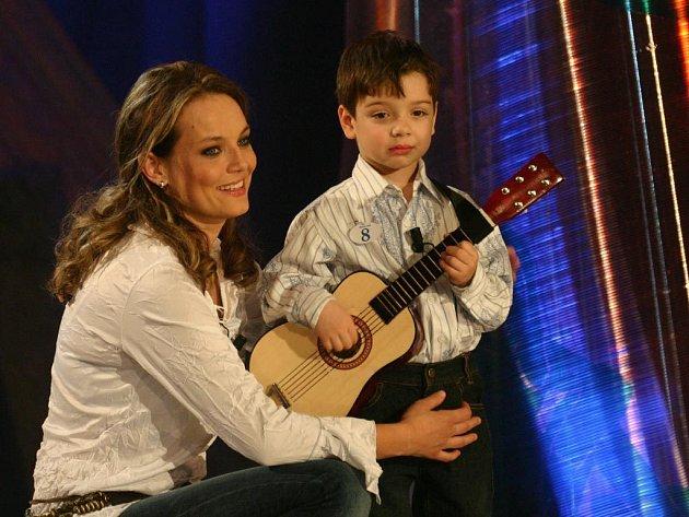 Čtyřletý Tomáš své mamince Editě Burešové z Velkého Oseka při volné disciplíně vyznal lásku písničkou a kytarou.